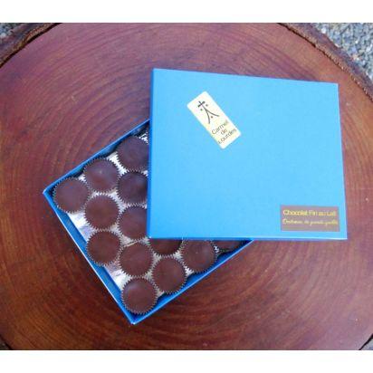 l) Boite bleue du Carmel : noisette et chocolat fin au lait de Chocolats