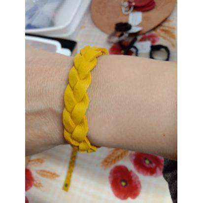 Bracelet tressé en cuir moutarde de Petite maroquinerie